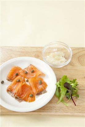 4. 올리브오일을 뿌리고 양파, 케이퍼, 베이비채소를 올린다. Tip) 케이퍼는 자중해 연안에서 자라는 식물의 꽃봉오리를 초절임한 것으로 연어 요리에 곁들이면 기름진 맛을 덜어준다.