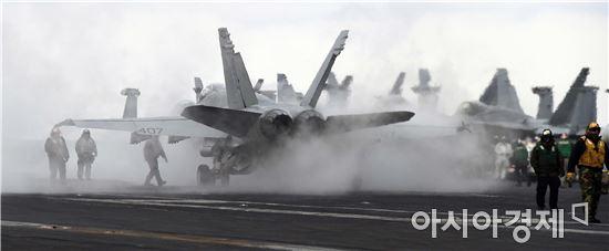 한미연합훈련인 독수리훈련(FE)과 키리졸브(KR) 훈련이 역대 최대 규모로 진행 중인 14일 한반도 동남쪽 공해상에 도착한 미국 제3함대 소속의 핵항공모함인 칼빈슨호 비행갑판에 F/A-18 전투기가 이륙준비를 하고 있다.9만3400t급 핵추진 항모인 칼빈슨호는 길이 333m, 넓이 40.8m, 비행갑판 76.4m로 F/A-18 전폭기 수십여대, 급유기, 대잠수함기, SH-3H 대잠수함작전 헬기, E-2 공중 조기경보기 등을 탑재했다. 또 미측의 최신예 스텔스 전투기인 F-35B도 이번 독수리훈련에 투입되며 F-35B 편대는 이번 훈련에서 F-15K 등 우리 군 전투기들과 함께 북한 핵심시설 정밀타격 연습을 할 것 이다./칼빈슨호=사진공동취재단.