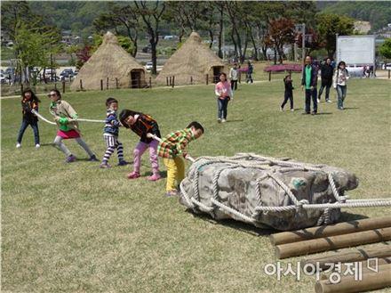 보통 고인돌은 돌을 옮길 수백명의 장정들을 동원할 수 있는 지역 군장들의 권력의 상징물로 알려져있었다. 강화 고인돌 밀고당기기 체험 모습(사진=문화체육관광부)