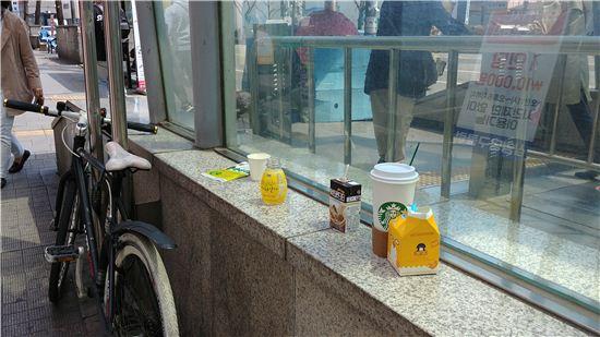 '미니 환경미화원' 스티커를 붙이기 전 홍대입구역 난간/ 사진='아이디엇' 제공