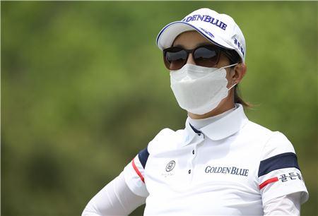 안시현이 교촌허니레이디스 둘째날 미세먼지 때문에 마스크를 착용하고 플레이하는 모습. 사진=KLPGA