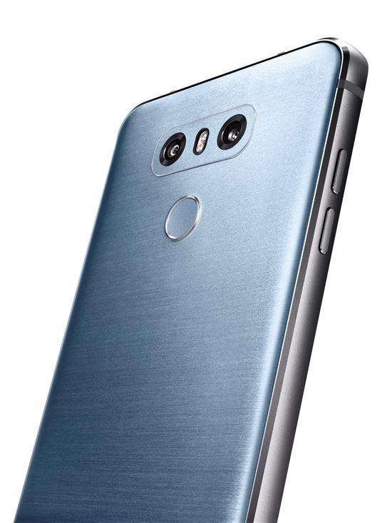 LG G6 후면에는 넓은 풍경 등을 찍을 때 유리한 광각 카메라와 일반각 카메라를 바꿔가며 사용할 수 있는 한층 진화한 듀얼 카메라가 탑재되어 있다.