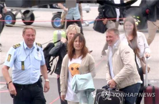 덴마크에서 머물러온 정유라씨가 30일 덴마크 올보르를 출발, 항공편으로 코펜하겐 공항에 도착하고 있다./사진=연합뉴스