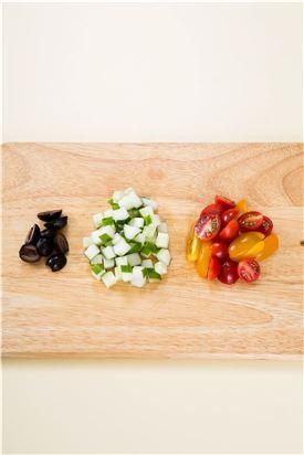 2.방울토마토는 씻어 반으로 자르고 오이는 먹기 좋게 썬다.