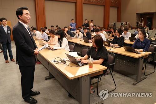 박수현 청와대 대변인(왼쪽)/사진=연합뉴스