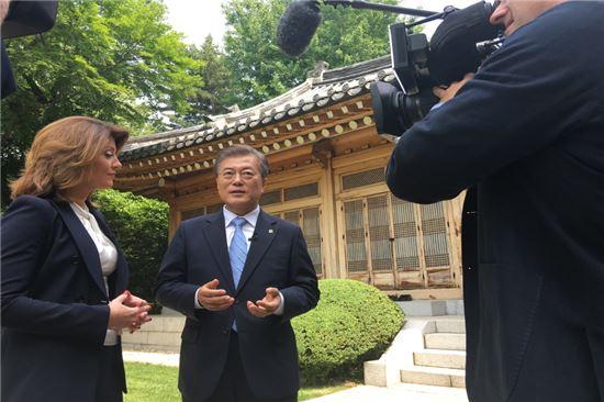 문재인 대통령이 19일 청와대에서 미국 CBS 아침 뉴스 '디스 모닝'의 공동 앵커인 노라 오도널(왼쪽)과 인터뷰를 하고 있다. 사진=청와대 사진기자단