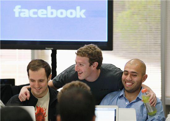 페이스북 설립자 마크 저커버그(가운데) 사진=게티이미지뱅크