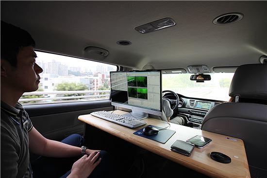 오태완 현대엠엔소프트 정밀지도개발팀 연구원이 모바일매핑시스템이 장착된 차량 안에서 고정밀지도 데이터를 획득하는 과정을 설명하고 있다.