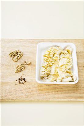1. 카다몬은 쪼개어 껍질과 씨앗을 분리하고 씨앗은 잘게 다진다. 바나나는 으깬다.