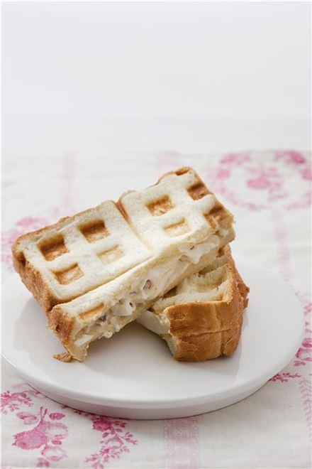 크림치즈를 곁들인 식빵 와플