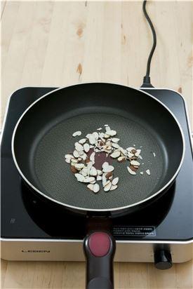 2. 견과류는 오븐에 굽거나 프라이팬에 볶는다.