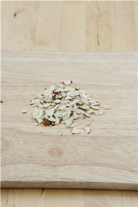 3. 견과류를 식혀 식으면 굵게 다진다.