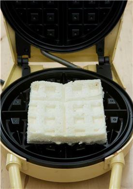 6. 식빵을 올린 후 노릇노릇하게 굽는다.