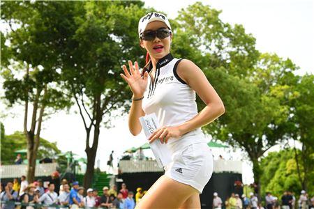 안신애는 올해 일본에서도 섹시한 의상과 화려한 패션 감각으로 폭발적인 인기를 누리고 있다.