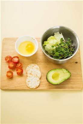 1. 달걀은 그릇에 깨어 두고 크래커, 아보카도, 방울토마토는 먹기 좋은 크기로 썰고 샐러드 채소는 씻어 물기를 뺀다.