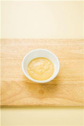 2. 분량의 시저 드레싱 재료를 섞는다. (마요네즈 2, 레몬즙 2, 올리브오일 3, 머스터드 0.5, 설탕 0.5, 다진 마늘 약간, 파르메산 치즈가루 2)