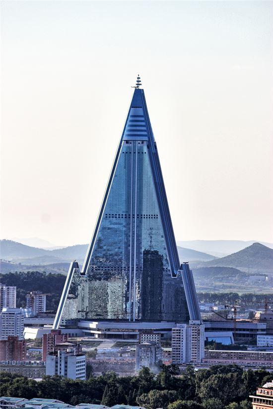 아시아 최고층 건물을 목표로 착공된 북한의 류경호텔은 1990년대 북한의 경제난과 맞물려 몇차례의 공사재개와 중단을 반복한 끝에 현재 외관은 완성됐으나 내부공사는 진전 없이 방치 중인 것으로 알려졌다. 사진 = skyscrapercity