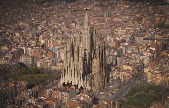 135년째 건설 중이며, 오는 2028년 완공을 목표로 하고 있는 사그라다 파밀리아 대성당의 완성도를 CG로 구현한 모습. 사진 = Basilica de la Sagrada Familia 영상 캡쳐