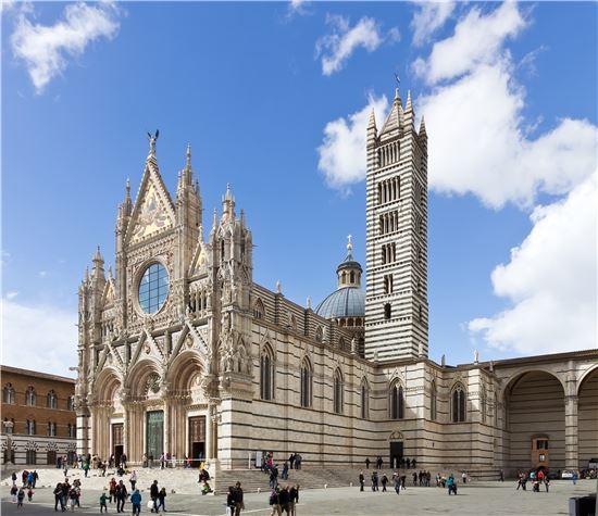 이탈리아의 고딕 초기 건축양식을 보여주는 시에나 대성당은 도시가 성장함에 따라 경쟁도시 피렌체에 대항해 더 크고 높은 세계 최대 성당 건축을 목표로 신성당 건축에 나섰으나 페스트가 창궐하면서 시민 다수가 사망하고, 도시 재정이 위기를 맞아 당시 증축 흔적이 벽체로 남아있다. 사진 = wikipedia
