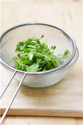 2. 새싹채소와 베이비채소는 찬물에 여러 번 헹궈 싱싱하게 한 다음 건져서 물기를 뺀다.