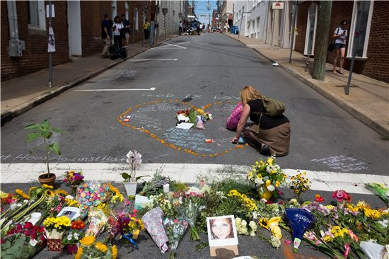 샬러츠빌 사태 희생자를 애도하는 꽃들(사진=EPA연합뉴스)