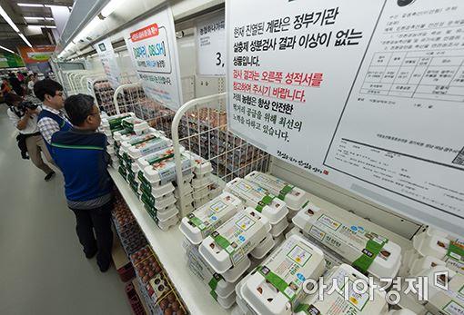 지난해 살충제 계란 파동 당시, 농협하나로마트 서울 양재점 계란 매대. 점원이 정부로부터 '적합' 판정을 받은 제품을 진열하고 있다.(사진=윤동주 기자 doso7@)