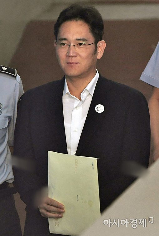 지난달 25일 이재용 삼성전자 부회장이 1심 선고공판에 출석하기 위해 법정으로 들어서고 있다. (사진=문호남 기자)
