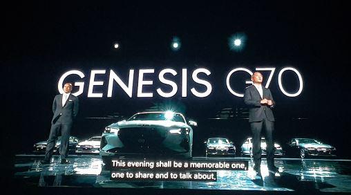 정의선 현대자동차 부회장(오른쪽)이 지난 15일 G70 론칭행사에서 맨프레드 피츠헤럴드 제네시스 사업부장과 함께 인사말을 하고 있다.