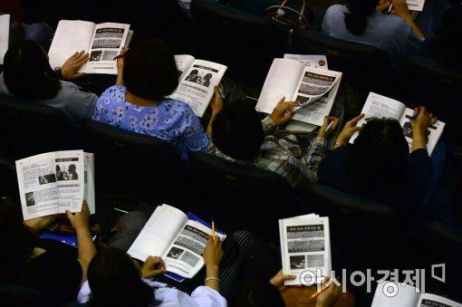 지난 9월 19일 서울 이화여고에서 열린 서울자사고연합설명회에 학부모들이 참석해 입시 전략을 듣고 있다.