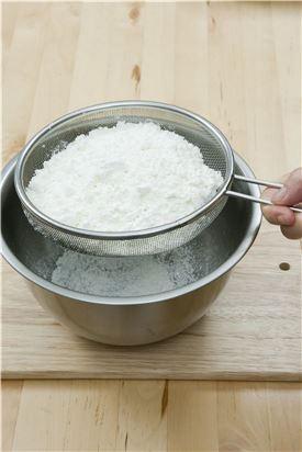 2. 박력분과 베이킹파우더를 체에 쳐서 버터와 함께 커터에 넣고 버터 입자가 0.1cm 크기가 될 때까지 20초 정도 간다.
