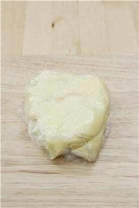 5. 반죽이 판에 붙지 않게 밀가루를 솔솔 뿌려 1.5cm 두께로 밀어 냉장고에서 30분간 휴지시킨다.