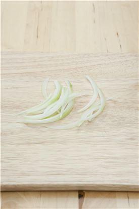 2. 양파는 껍질을 벗긴 후 곱게 채썬다.