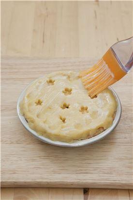 6. 가장자리를 눌러 파이 도우가 붙도록 하여 달걀물을 바른 후 180℃로 예열된 오븐에서 20~25분 정도 굽는다.