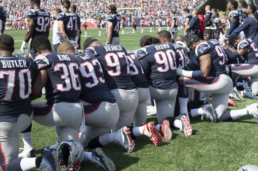 [이미지출처=연합뉴스]미국 매사추세츠 폭스버러에서 24일(현지시간) 지난해 미국프로풋볼(NFL) 슈퍼볼 우승팀 뉴잉글랜드 패트리어츠의 선수들이 휴스턴 텍산스와의 경기 시작 전 국가가 울리자 무릎을 꿇는 시위를 벌이고 있다.