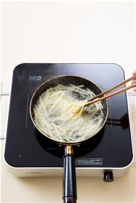 3. 튀김기름에 고구마를 넣어 바삭하게 튀긴 다음 기름을 뺀다.
