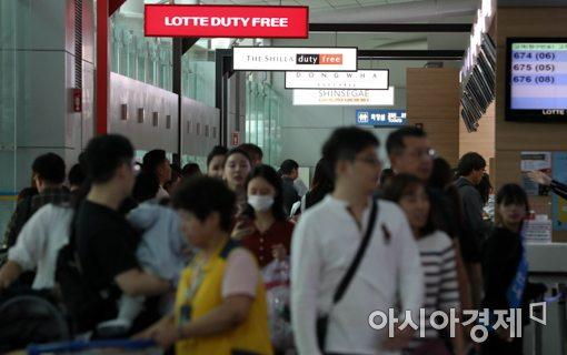 지난 추석 연휴 인천국제공항 면세품 인도장이 이용객들로 붐비고 있다.