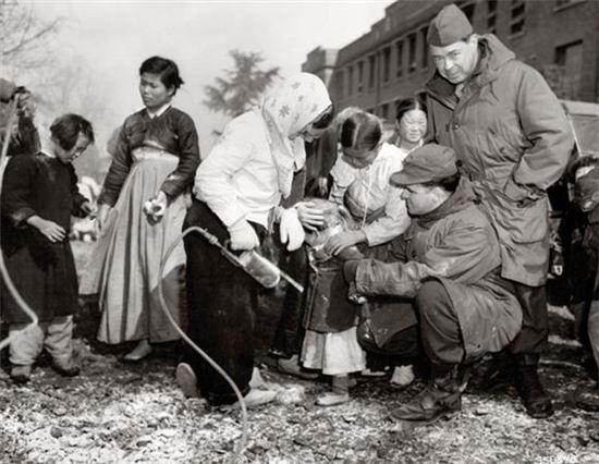 6.25 전쟁 당시 어린이들에게 DDT를 살포하는 모습(사진=위키피디아)