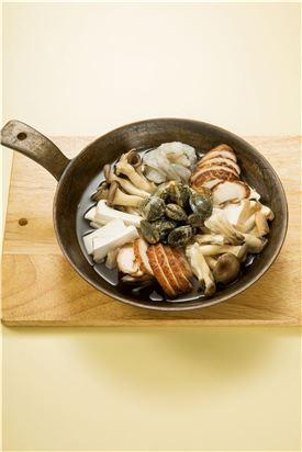 3. 준비한 재료를 냄비에 돌려 담고 물 2컵을 부어 끓인다.
