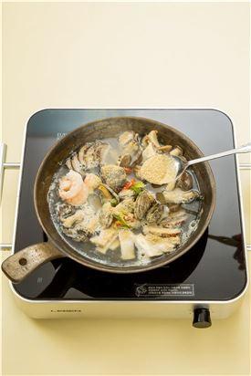 4. 재료가 어느 정도 익으면 대파, 청고추, 홍고추를 넣고 들깨가루를 넣어 잘 풀고 소금으로 간하여 한소끔 더 끓인다.