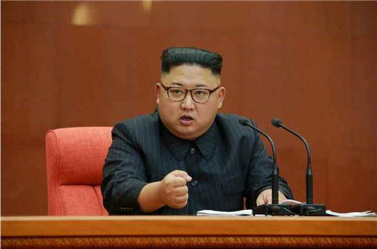 7일 주석단에서 주먹을 휘두르며 발언하는 김정은의 모습. 사진 = 연합뉴스
