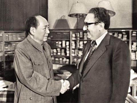 1971년 7월 헨리 키신저 당시 국무장관은 미국 최고위급 인사 중 최초로 중화인민공화국 베이징을 극비 방문해 마오쩌둥 중국 국가 주석과 면담을 갖고 미·중 대화 채널을 만들고 양국 수교 발판을 마련했다.
