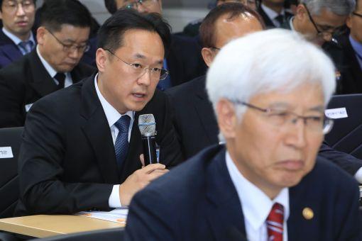 국정감사에서 증인으로 출석한 김도환 S&T중공업 대표이사가  K2(흑표) 전차의 국산 파워팩(엔진과 변속기)과 관련한 의원들의 질의에 답하고 있다. (사진=연합뉴스)