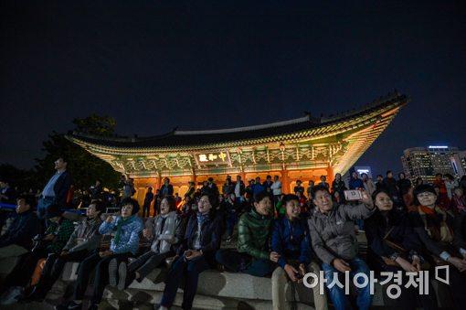[포토]야간 개방 '덕수궁' 깊어가는 가을 정취 만끽하는 시민들