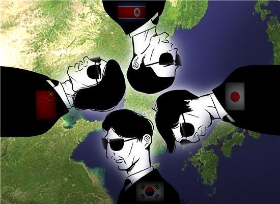 냉전은 종식됐으나 동북아의 패권을 놓고 치열하게 암약하는 각국의 첩보기관 활동은 여전히 활발하고 기민하다. 아베 총리가 중의원 총선서 압승을 거두고 본격적인 일본 내 정보기관 창설여부에 관심이 집중되고 있는 가운데, 먼저 인해전술로 각국의 정보를 방대하게 흡수하고 있는 중국 국가안전부(MSS)의 활동이 주목되고 있다. 일러스트 = 오성수 작가