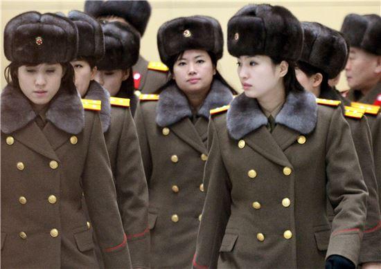 북한 역시 정찰총국 주도로 암살전문 미인계 요원 조직 '모란꽃소대'를 운영하며 정보수집에 나서고 있다. 사진은 현송월 단장이 이끄는 모란봉악단의 모습. 사진 = 연합뉴스