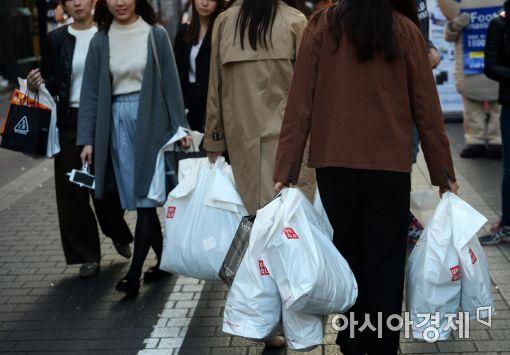 서울 명동 거리에서 관광객들이 쇼핑백을 들고 걷고 있다. (사진=아시아경제 DB)