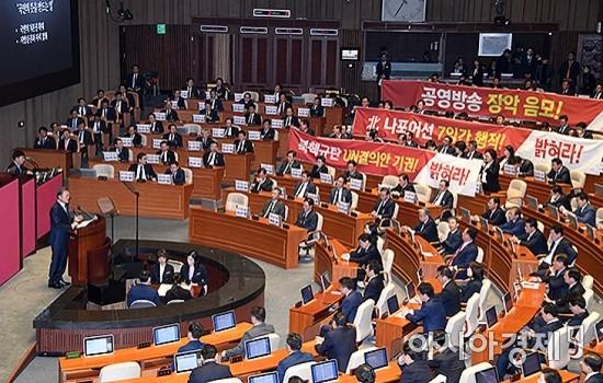 """민주당 """"한국당 현수막 반입은 위법"""" 丁의장에 공문"""