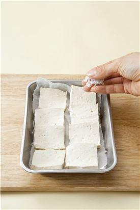 1. 두부는 먹기 좋은 크기로 썰어서 소금을 뿌려 5분 정도 두었다가 키친타월에 물기를 제거한다.