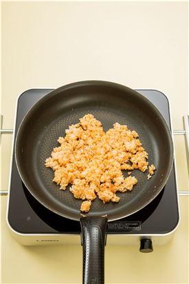3. 스크램블한 팬에 식용유를 두르고 따끈한 밥을 넣고 볶다가 토마토케첩을 넣어 볶는다.