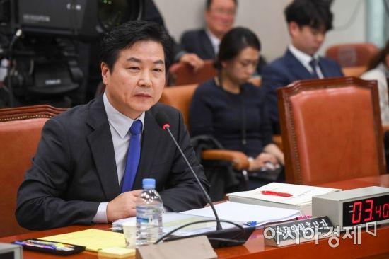 홍종학 중소벤처기업부 장관 후보자가 10일 인사청문회에서 답변하고 있다.